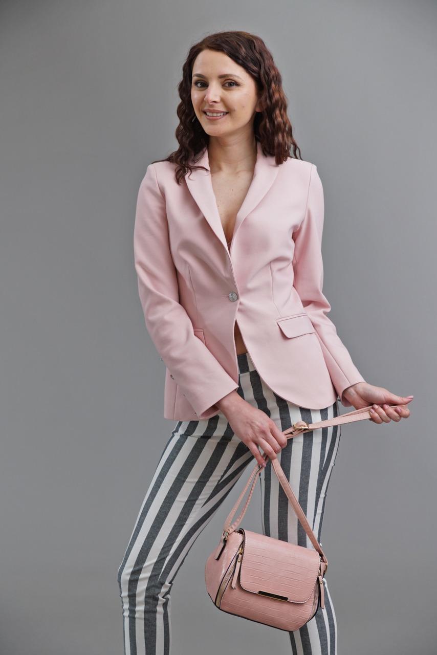 бледо розово сако